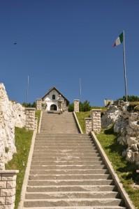 la scala della Cappella degli Eroi sul Monte Piana a dx del Rifugio Bosi