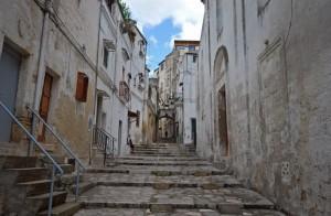 """la scalinata della Via """"San Vito Vecchio"""" verso il ponte sulla Gravina"""