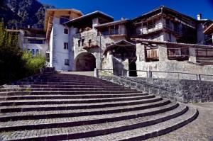 La scalinata che porta al borgo