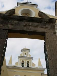 Entrando nel cortile di San Francesco a Forio