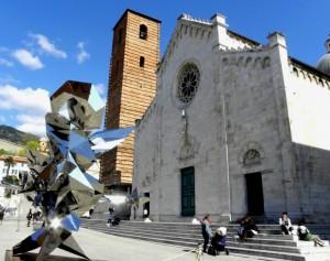 Il Duomo di Pietrasanta e le opere d'arte che spesso fanno da cornice