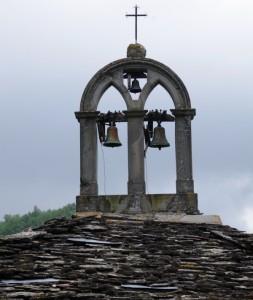 ..un campanile a vela a Calcinara