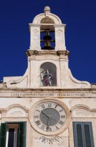 L'orologio sulla Torre dell'orologio a Polignano a Mare
