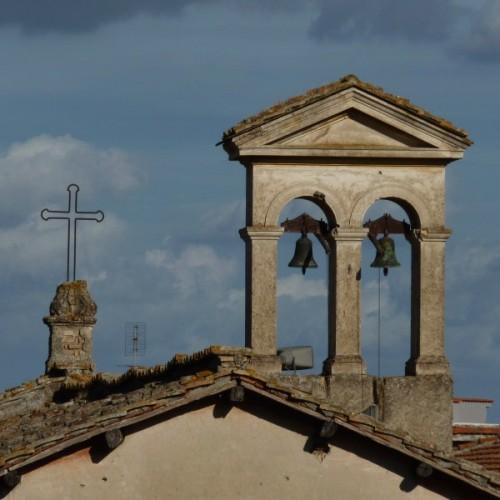 Bracciano - Cruz y espadana
