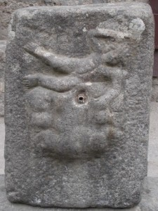 particolare di fontana in pietra