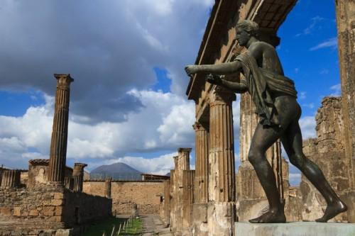 Pompei - Spunta il Vesuvio dal Tempio