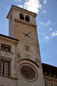 l'orologio sulla torre campanaria a Serravalle