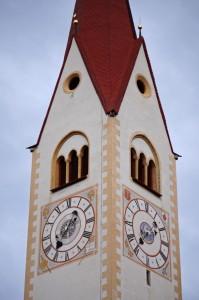 l'orologio a doppio sul campanile della chiesa di Valdaora
