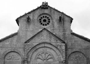 Bassorilievi e rosone nella parte alta della facciata di S. Maria della Strada