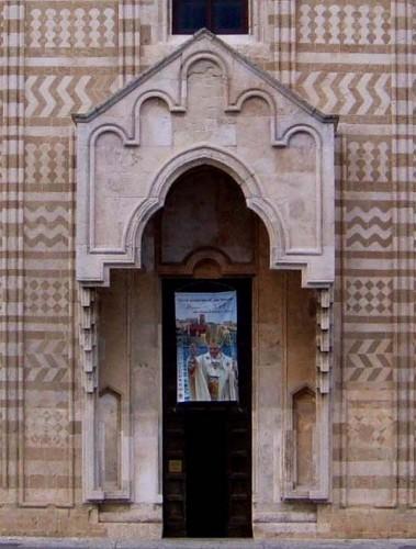 Brindisi - Protiro e portale tra i disegni geometrici in carparo e pietra calcarea