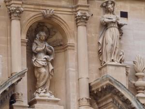 Le statue e l'intruso