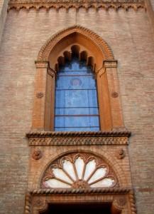 Monofora con vetrata istoriata