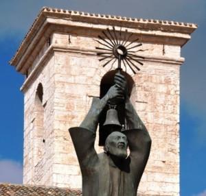Campana tra le braccia di S. Pio che innalza l'ostensorio