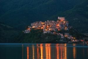 il borgo sul lago