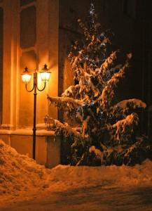 Il calore della luce sulla neve dell'inverno
