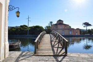 Lampione e  ponte di legno sul lago Fusaro