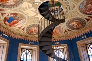 Su per la scala fino a toccare gli affreschi!