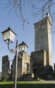 Il lampione e la torre medievale