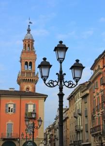 La torre civica dai lampioni di piazza Mazzini