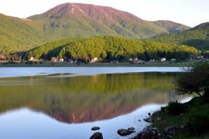 Il Monte Cervialto che si specchia nel Lago Laceno