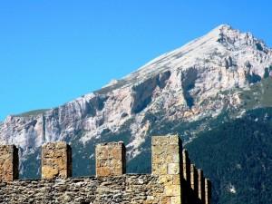 La piramide del Monte Seguret, svetta sui merli della Torre Delfinale di Oulx