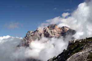 Il PIZ DLES CONTURINES spunta dalle nubi sulla strada per il Passo di Valparola