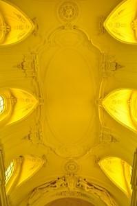 Ricco di stucchi ed illuminato di giallo