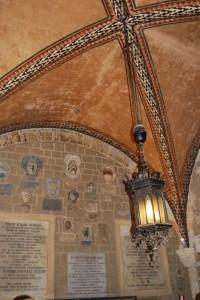 Particolare  dell'atrio di palazzo dei Priori di  Volterra