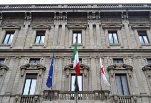 Il tricolore sulla facciata di Palazzo Marino