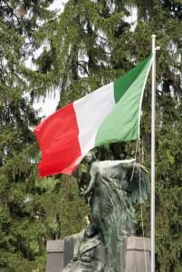 Il tricolore e il monumento ai Caduti