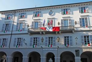Tricolore double face sul balcone del Municipio di Ceva