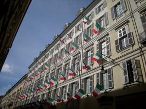 Torino, bandiere alle finestre