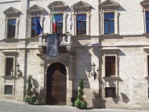 Bandiere con il tricolore nel Palazzo Ducale