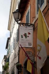 il lampione e le bandiere