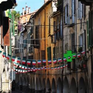 Tricolori festosi nella via centrale della città