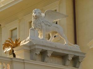 Il leone è alato anche a Novara.