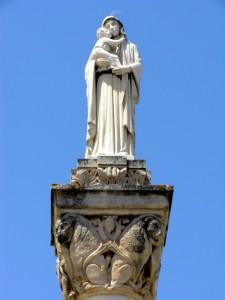 Ai piedi della Madonna
