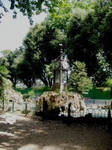 L'orologio ad acqua nel giardino del Pincio.