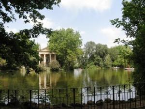 Il tempio di Esculapio nel laghetto di villa Borghese a Roma.