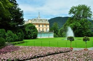 Tra fiori, piante e fontane dei Giardini, appare Villa Taranto