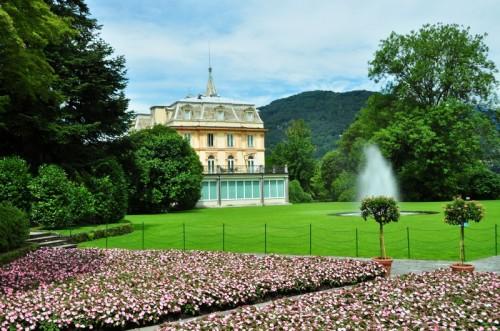 Verbania - Tra fiori, piante e fontane dei Giardini, appare Villa Taranto