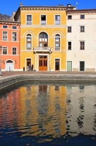 Il Municipio si specchia nella piazza