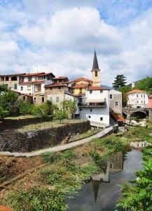 Il Borgo riflesso nel torrente Impero