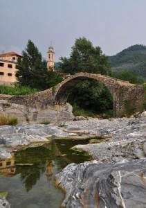Campanile della Chiesa di San Marco riflesso nel torrente Arroscia