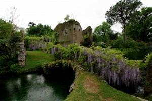 Ponticello antico sul fiumiciattolo dei giardini di Ninfa