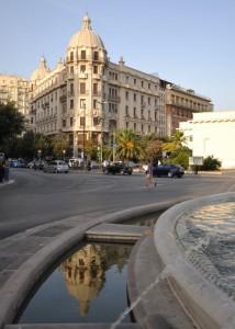Del Palazzo dell'Acquedotto Pugliese qui si specchia una cupola!!!