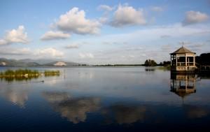 …il lago riflette…