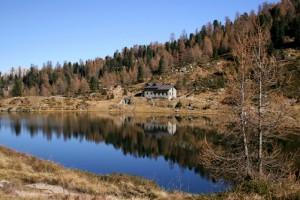 D' autunno, sulle rive di uno dei due laghi, il Rifugio Colbricon