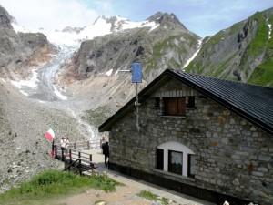 Rifugio Elena con vista sul ghiacciaio.