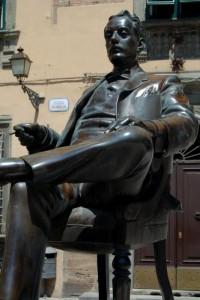 Seduto in piazza